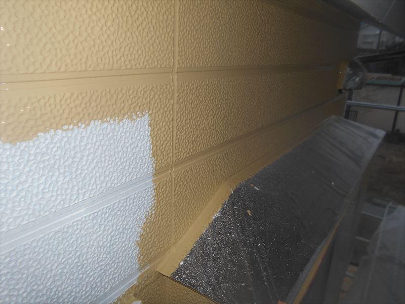 外壁の下塗りをしています。