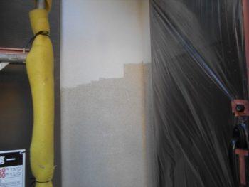 外壁の中塗りです。2色に塗り分けるので、しっかり養生をして色が混ざらないように注意しています。