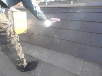 屋根の下塗り作業です。