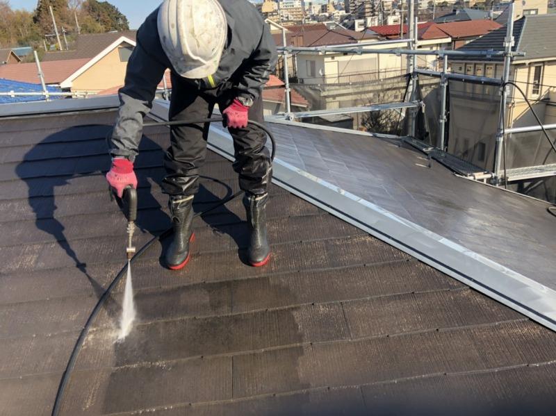 高圧洗浄では、屋根から洗い流していきます。