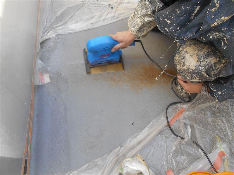 ベランダーのFRP防水のための下処理として、前回の塗装を剥がす作業を行っています。