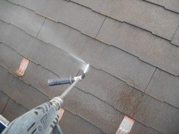 屋根の高圧洗浄を行いました使って、汚れを洗い流しました。