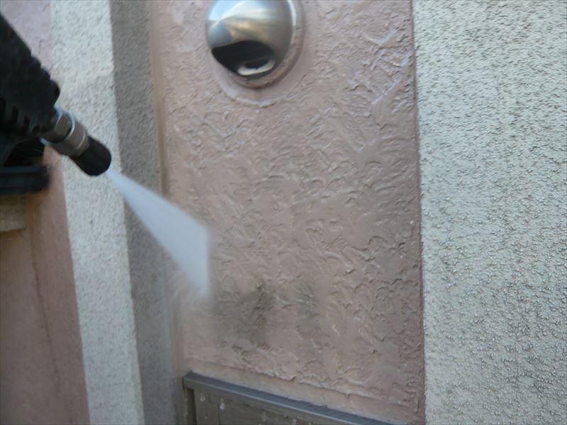 外壁をきれいに高圧洗浄しました。