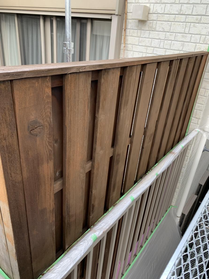 防腐剤入りの木材用の塗料で塗装していきます。