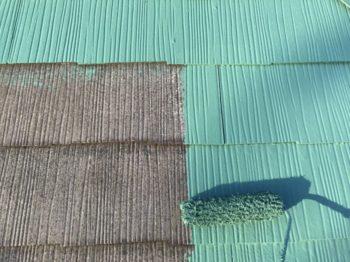 屋根の下塗りが乾いた後、中塗りを行いました。