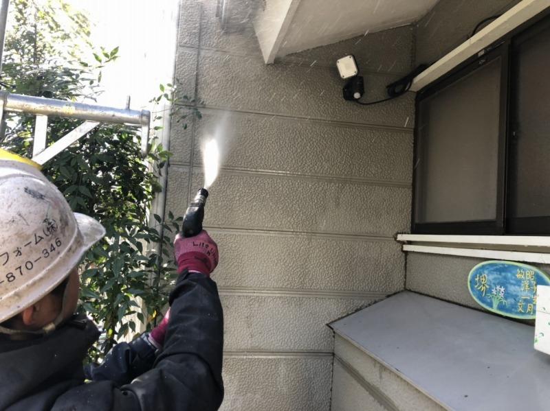 外壁の高圧洗浄です。土汚れが多いとみるみるきれいになっていきます。
