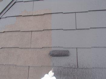 屋根の中塗りをローラーで行っています。