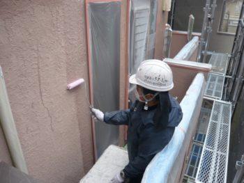 外壁の下塗りです。室外機や手すりに塗料が飛ばないようにきちんと養生しています。
