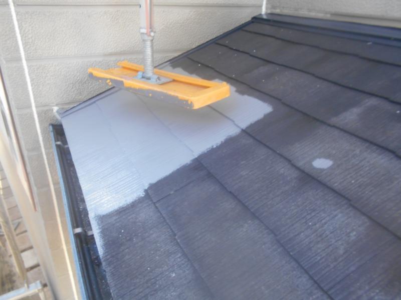 下屋根部分の中塗りです。屋根足場の板は持ち上げて作業します。