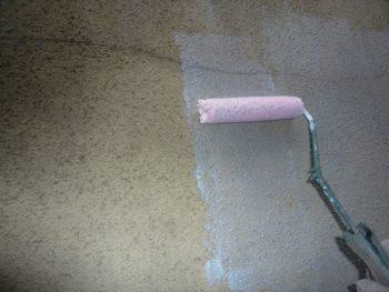 外壁の下塗りを行っています。下塗りでこの後に塗る塗料の密着性を高めます。