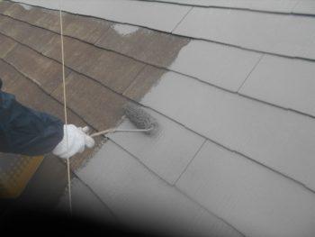 屋根の中塗りを行いました。
