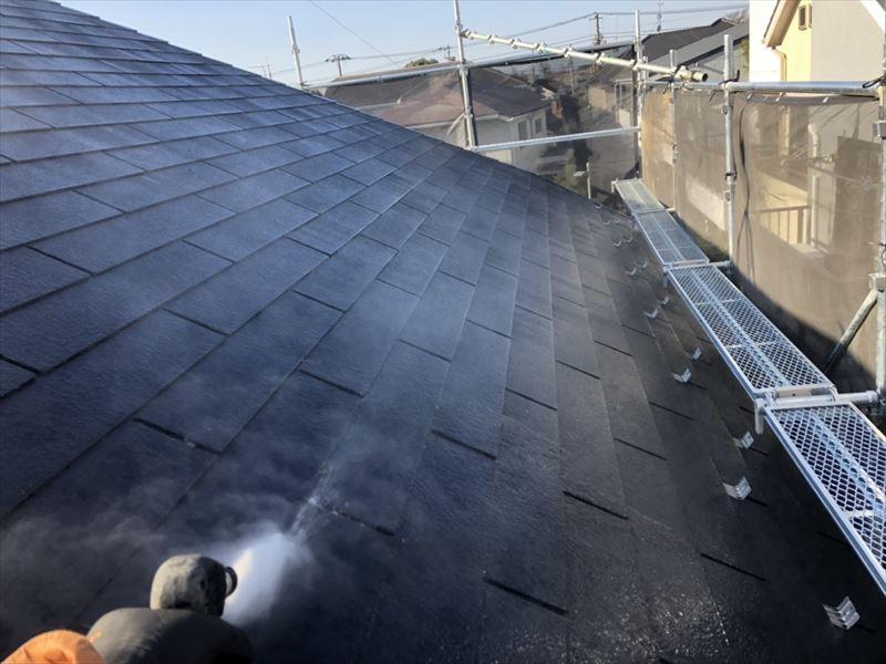 屋根の部分の洗浄です。汚れは上から下へと落ちるので、必ず屋根から洗っていきます。