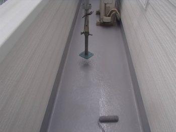 ベランダの防水処理の2回目の塗装中