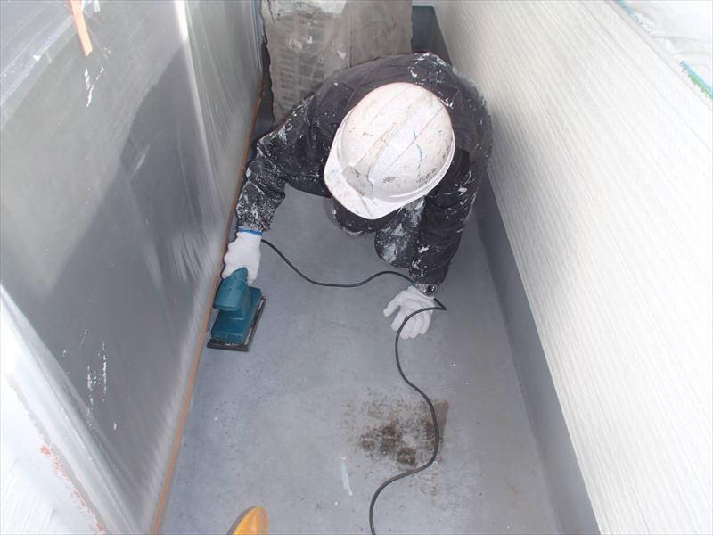 ベランダの防水塗装のため、前回の塗装を削り落としています。