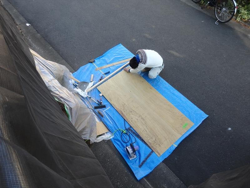 大工さんが現場で寸法を測りながら、その場で板を切り出しています。