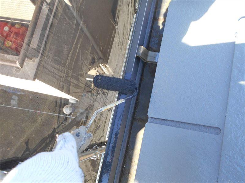 雨樋もローラーを使って塗装しています。