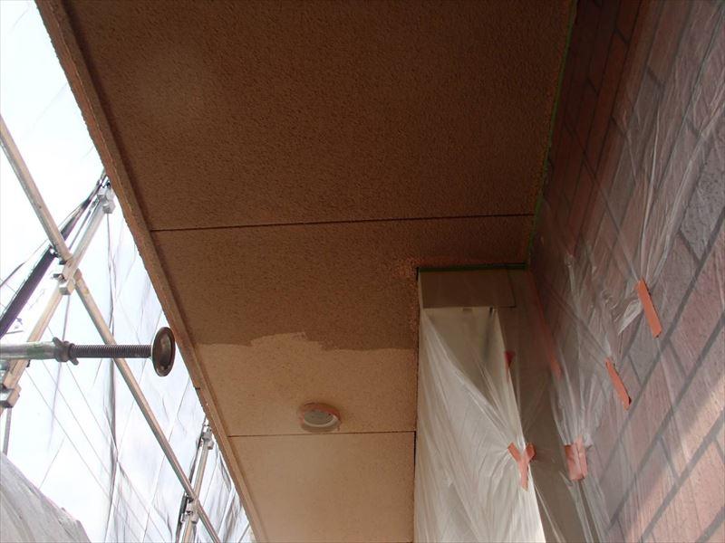こちらは軒裏の中塗り塗装です。