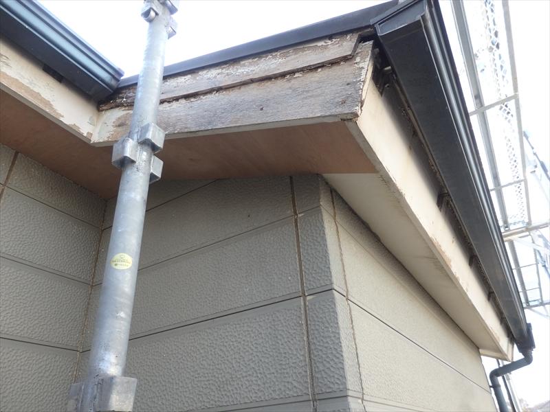 軒裏部分を新しいベニヤ板を張り替えています。