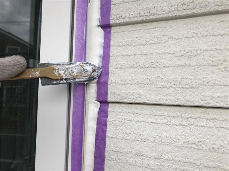窓等の段差がある場所はコテを当てる角度を変えて、きれいにならしていきます。
