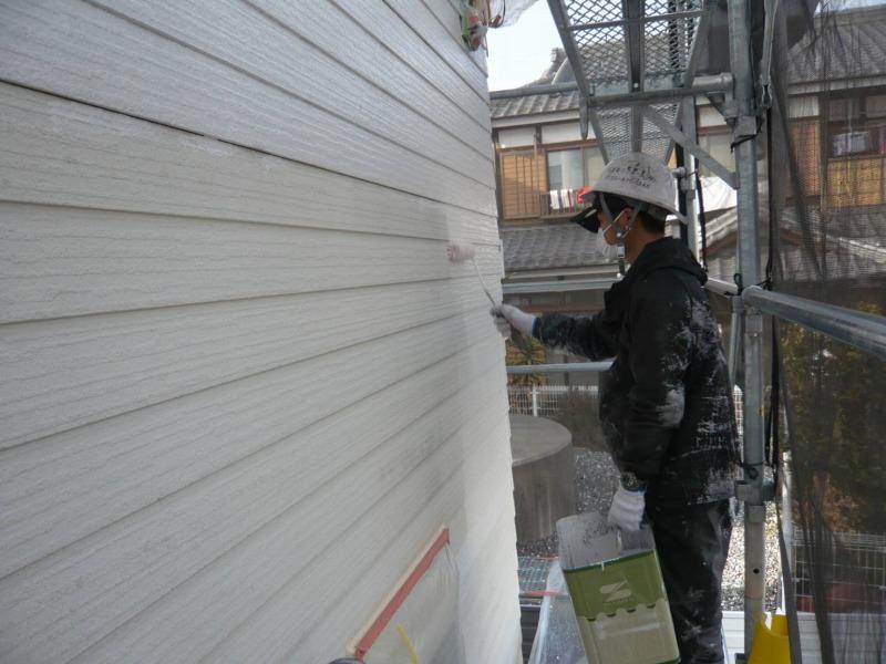 外壁の下塗りが始まりました。
