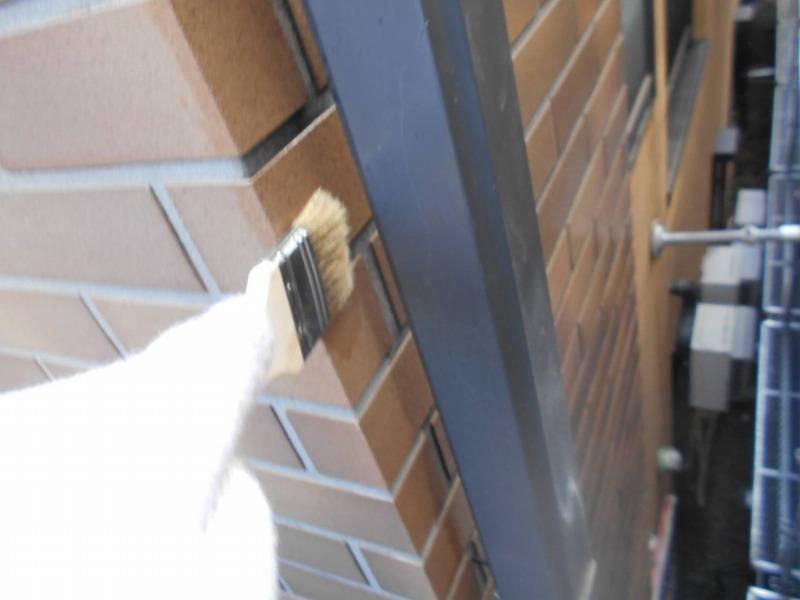 タイル部分の塗装は、細かな部分は刷毛で塗っています。