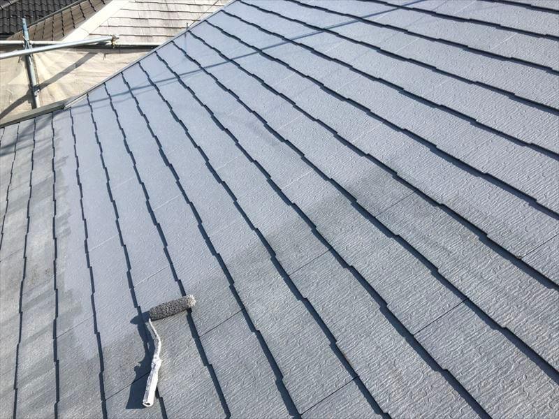 屋根の中塗りをしています。