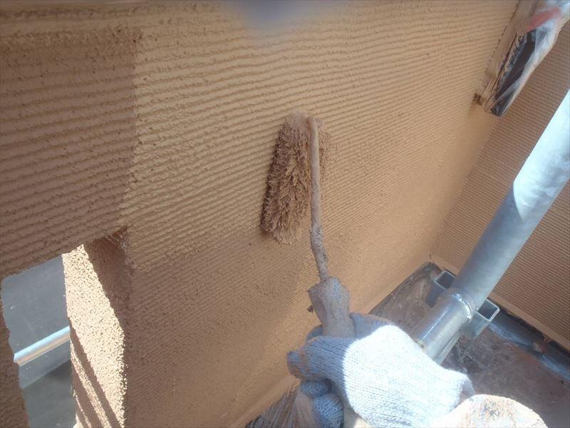 外壁は、中塗り・上塗りと同じ塗料を2回塗り重ねます。