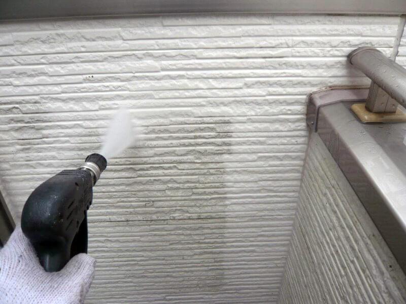 外壁を高圧洗浄できれいに洗い流しました。
