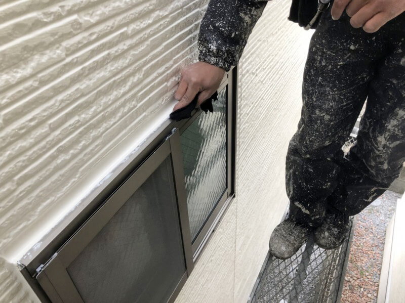 窓まわりの細部塗装を行っています。
