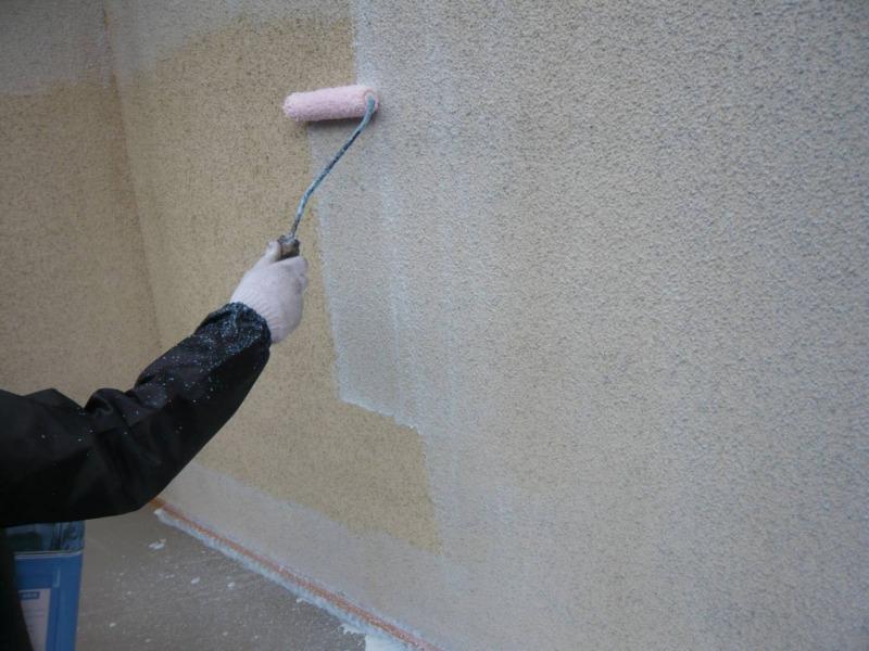 外壁の下塗り塗装が始まりました。