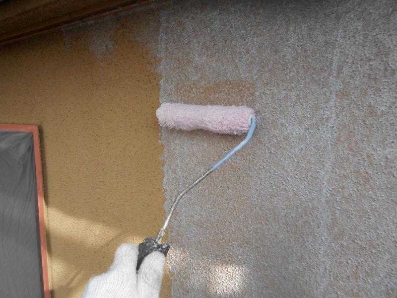モルタル部分の下塗り塗装がスタートしました。