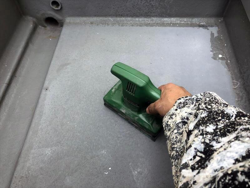 FRP防水の下処理として、塗料の乗りがよくなるよう、表面を荒らしています。
