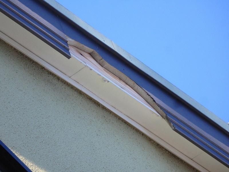 破風板が破損しています。