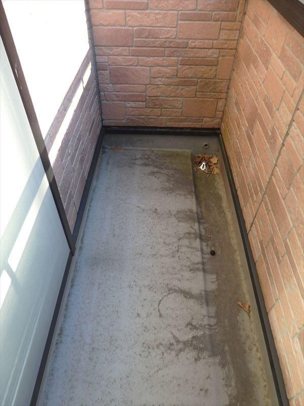 バルコニーのFRP防水には汚れが目立ちます。