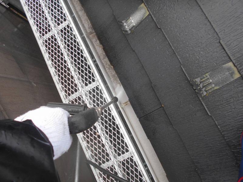 雨樋の中も高圧洗浄できれいにしていきます。