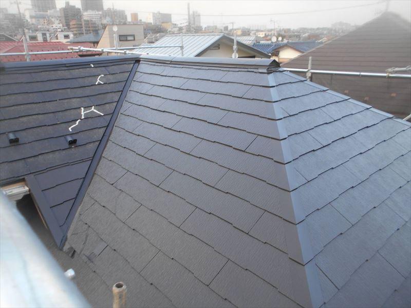 屋根の中塗り中。手前が中塗り、左奥はまだ下塗りの状態です。