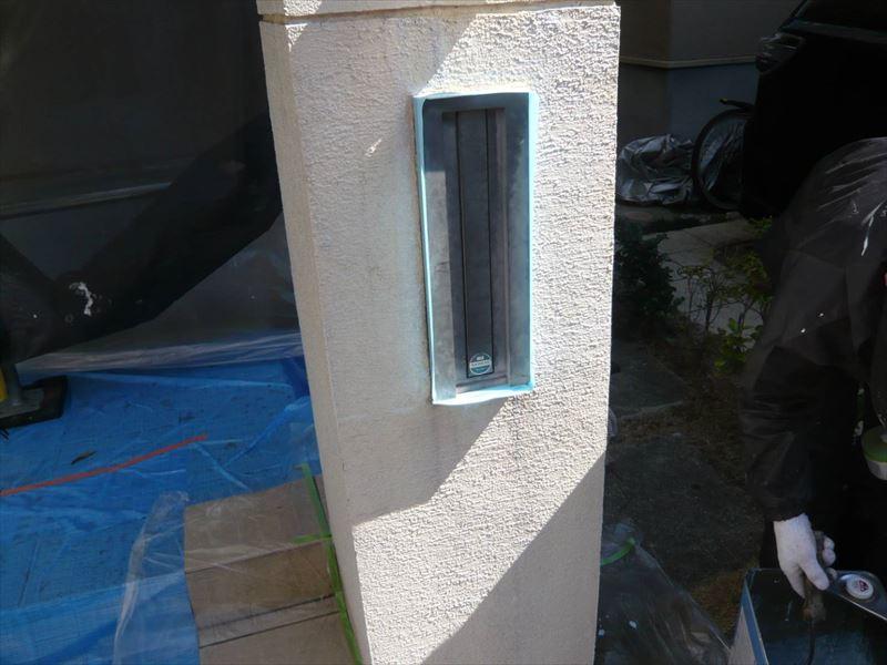 門柱は郵便受けが使えるように養生して塗装しています。