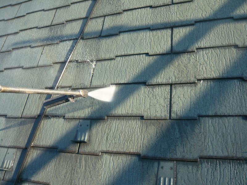 屋根の汚れを高圧洗浄で洗い流しました。
