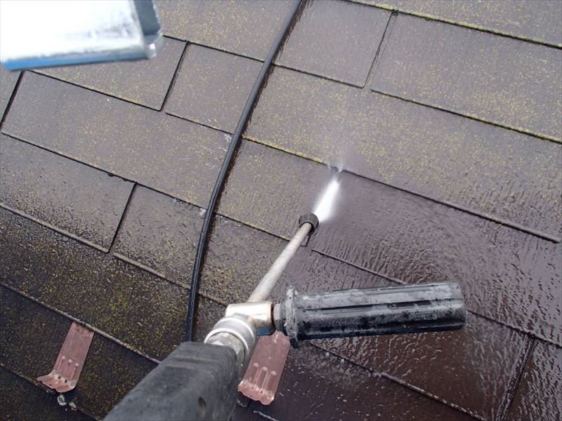 屋根の汚れを洗い流しています。