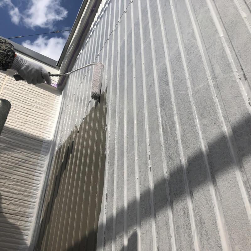 外壁の下塗りのスタートです。下塗りはその後に塗装する塗料の密着度を上げて付きを良くする効果があります。