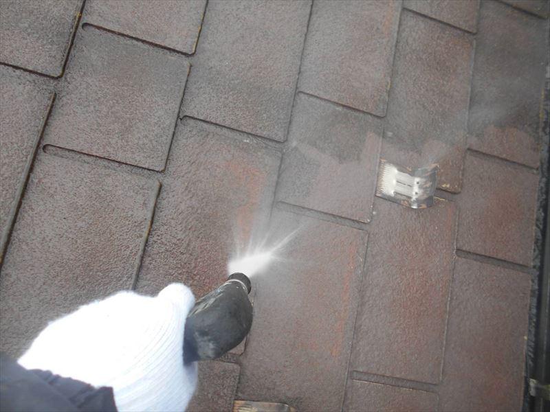 高圧洗浄で屋根の汚れを吹き飛ばしていきます。
