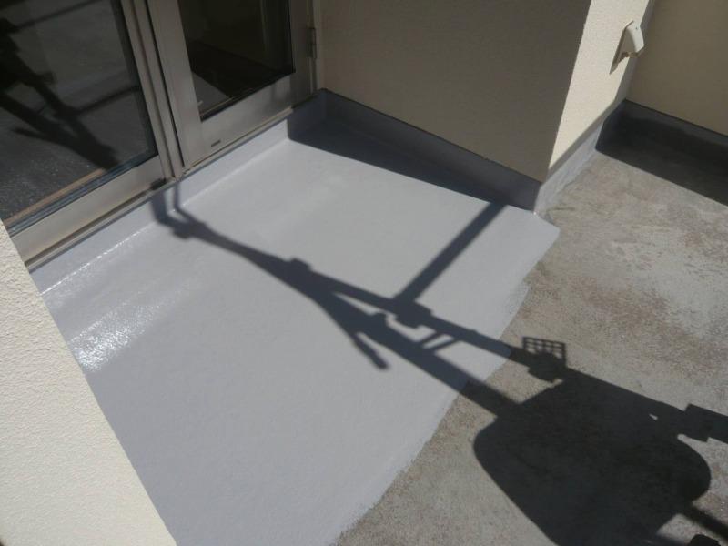 防水専用の塗料を塗装します。