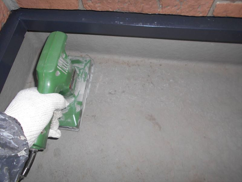 FRP防水の再塗装の工程①サンダーをかけて目荒らしをしています