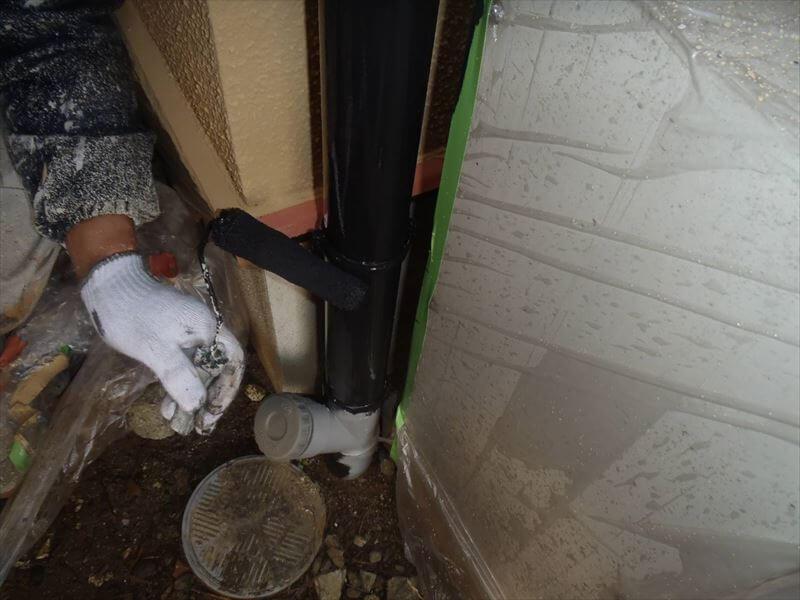 雨樋周りは狭いので、余計な塗料がつかないように慎重に作業しています。