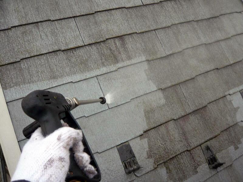 屋根を高圧洗浄機できれいに洗い流しました。