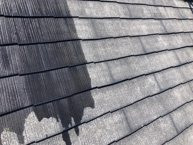 屋根の下塗りをしています。透明の塗料なので、その後にぬるトップコートに色の影響はありません。