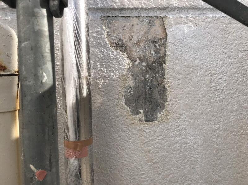 塗料のふくれがある部分は全て塗膜を剥がします。
