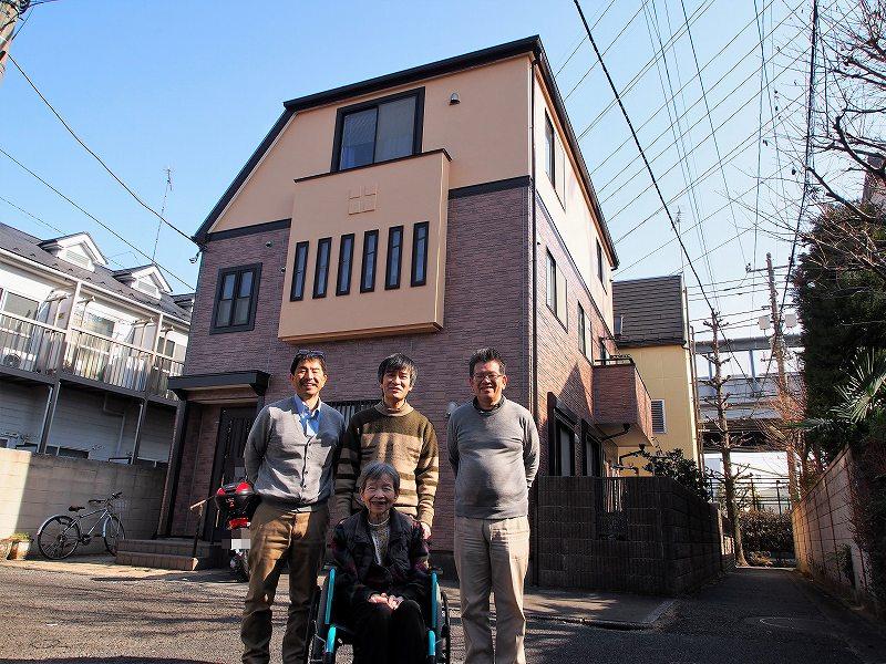 世田谷区平野様と外壁塗装工事の完成記念写真