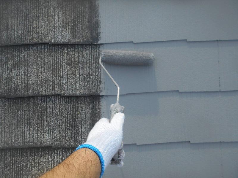 屋根の中塗りをしています。ローラーを使って丁寧に作業していきます。