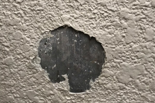 高圧洗浄は一番最初に隅々まで点検するので、塗料の剥がれ等の補修が必要な箇所を見つけることもあります。